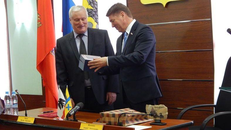 Орские депутаты накормили оренбургских пирожками