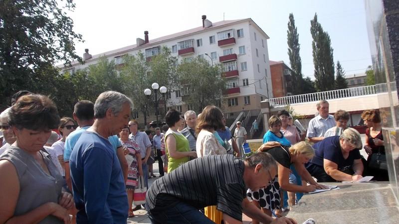 Продолжается сбор подписей у памятника Ленину