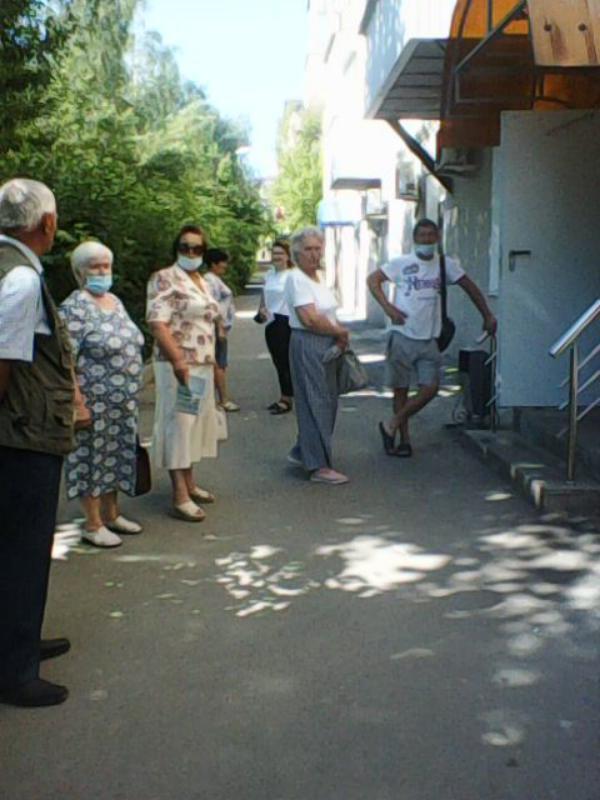 Жители Медногорска у дверей кассы Энергосбыта