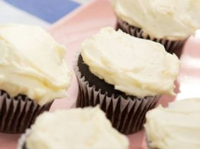 KC0608H_Fast-Vanilla-Buttercream-Icing-on-Chocolate-Cupcakes_s3x4.jpg.rend.sni12col.landscape