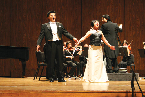 "Young Hee Kim sings with Pilsung Kim from the opera ""La Traviata"" at Meany Hall at the University of Washington in 2008."