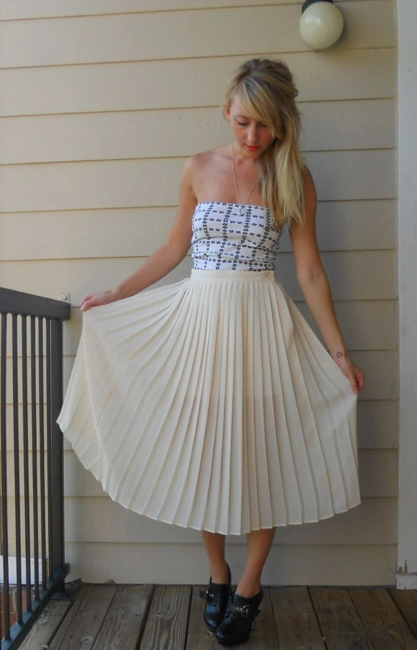 Vintage Womens white pleated mid length skirt