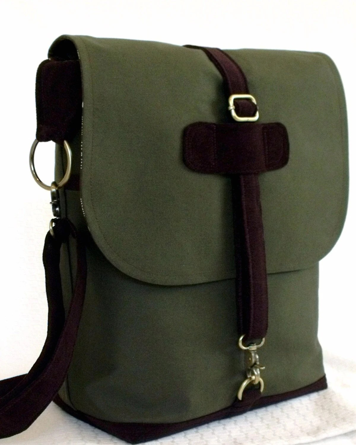 London Convertible Messenger in CHOCOLATE OLIVE