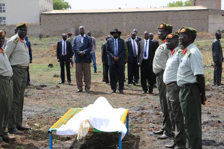 President Salva Kiir and other senior government official burring another senior government general, Al-Tahir Bior, who was killed by rebels in an ambush along Juba-Nimule road earlier this year, 2017(Photo: file)