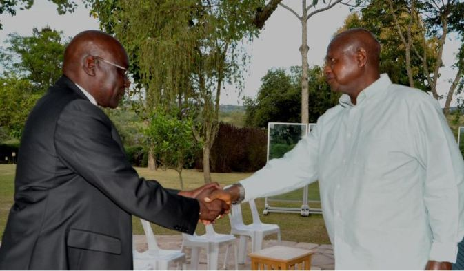 Gen. Paul Malong Awan officially thanking the Ugandan President for contracting his troops to fight in South Sudan(Photo: file)