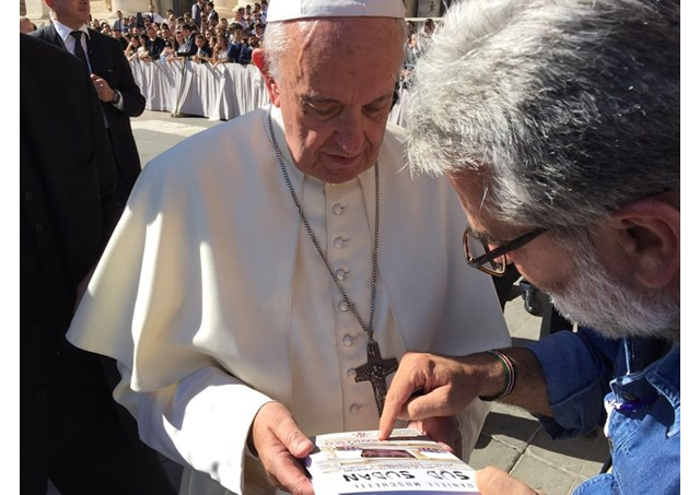 Fr. Daniele Moschetti gives a copy of his book to Pope Francis - RV
