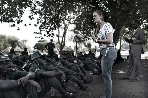 An ICRC employee talks about international humanitarian law to soldiers of the South Sudan Armed Forces (SPLA). -(Photo: ICRC archive)
