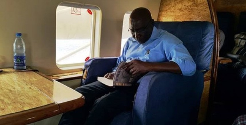 Former Chief of General Staff of the SPLA and Mathiang-anyoor, Gen. Paul Malong Awan, reads a book of unknown author(Photo: file)