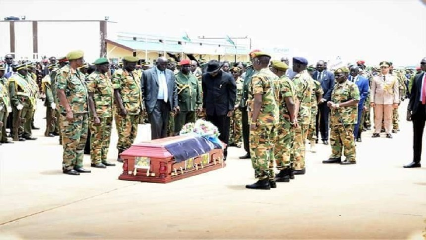President Salva Kiir vow as he salute the body of the late army chief 1st Lt. Gen. Ajonga Mawut (Photo file)
