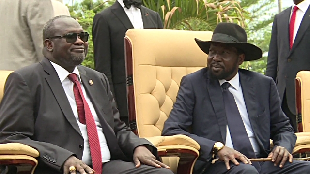 South Sudan's former FVP Riek Machar (L) posting for a photo with president Kiir (R) during sworning-in ceremony of new government in Juba in 2016 (Photo credit: Getty Images)