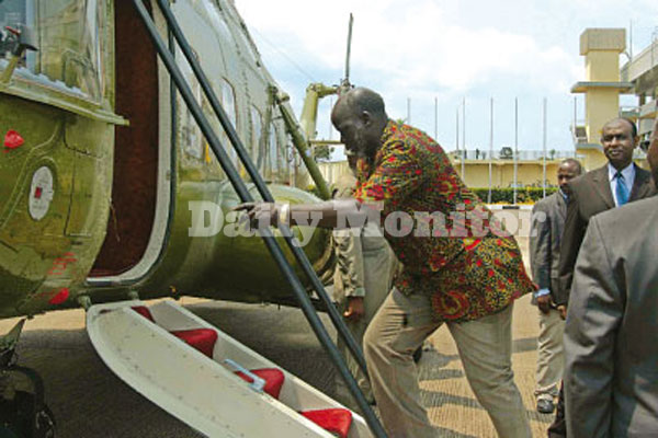 John Garang boards the presidential chopper at Entebbe airport headed for Rwakitura on July 29, 2005 (File photo)