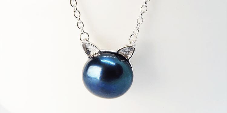 シンプルにさり気なく大人可愛い ピーコックブルーの猫耳パールネックレス シルバー925 淡水パール
