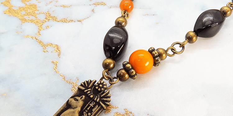 プレート タグ アンティーク風ネックレス 猫の神様バステト エジプト神 アクリル 真鍮 エスニック オレンジ ブラック