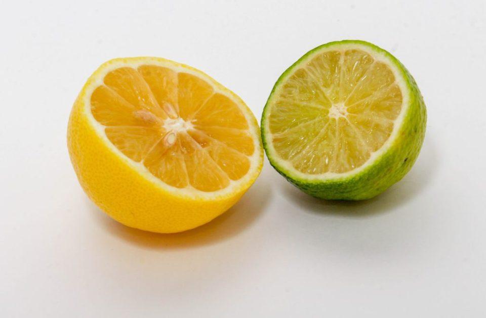 le jus de citron exfolie en se débarrassant des céllules mortes