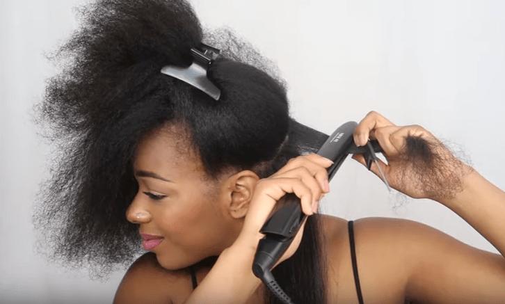 lisser ses cheveux avec un lisseur adapté