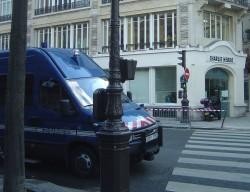 Sede do Charlie Hebdo protegida por força policial desde 2006