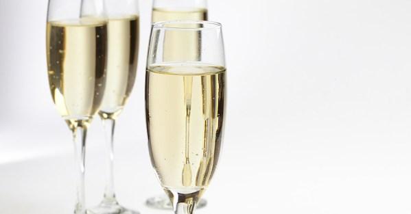 bubbly prosecco in champagne flutes