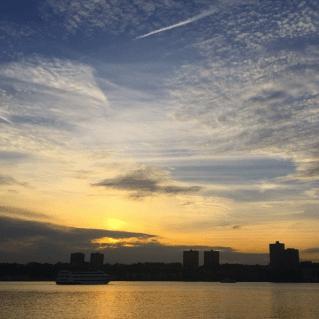 As cores do céu ao entardecer no Riverside Park