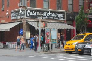 Galaxy Diner serve café da manhã americano 24/7.