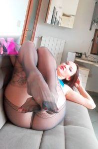 in-grey-patterned-pantyhose-and-blue-corcet2