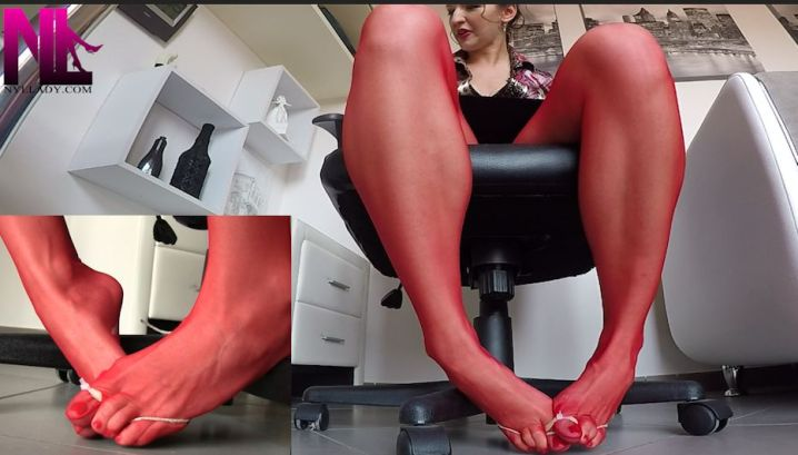 20180806_custom_bondage-in-red-pantyhose-and-red-nailpolish-in-the-office_2