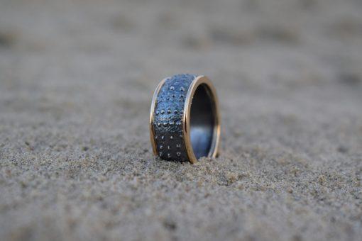 Søpindsvin ring i oxyderet sølv med 14k guldkant - lavet af Nynne Kegel - Loenstrup Smykke Design