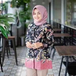 model baju batik atasan wanita kantor feat