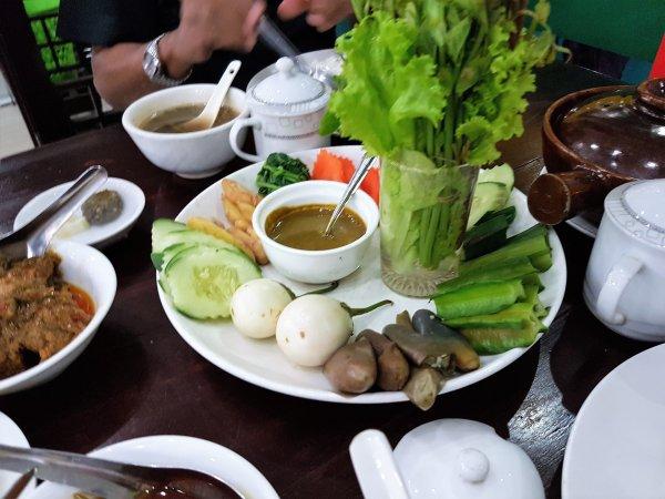Burmeses salad, spicy dip.