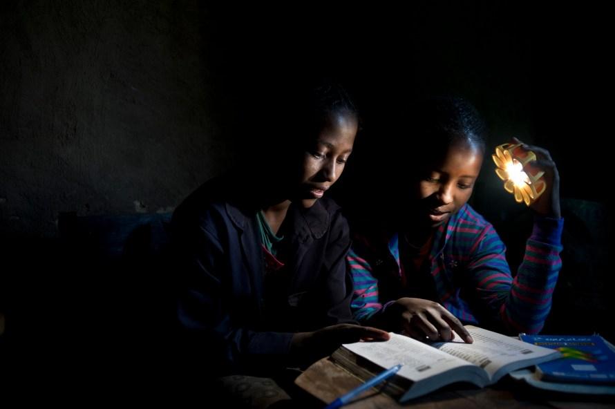 Little Sun Solarlampen für Schulkinder in Kenia