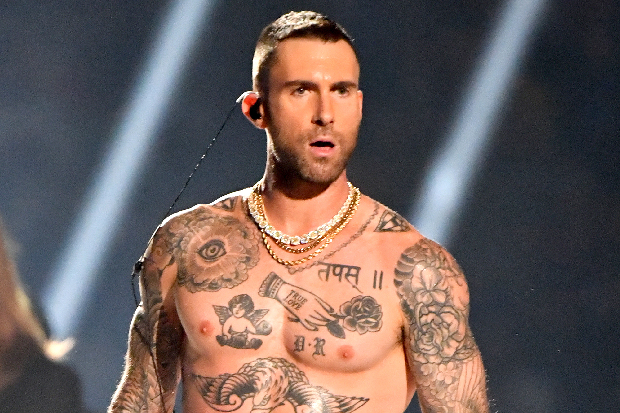 Adam Levine S New Cornrow Mohawk Sparks Outrage On Twitter