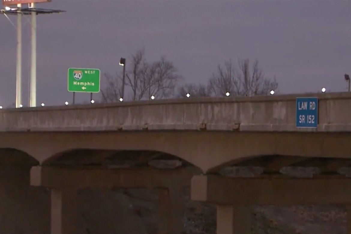 Tennessee mom leaps from overpass with baby, killing both 1