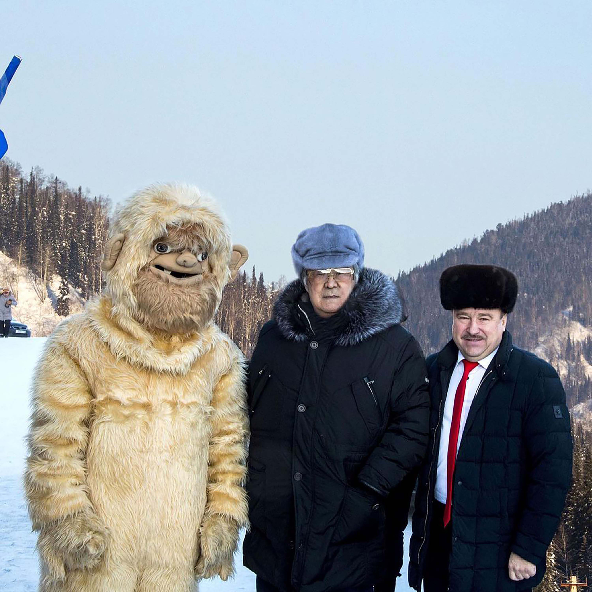 Aman Tuleev com Vladimir Makuta (à direita) e um homem vestido com traje de Yeti (à esquerda)