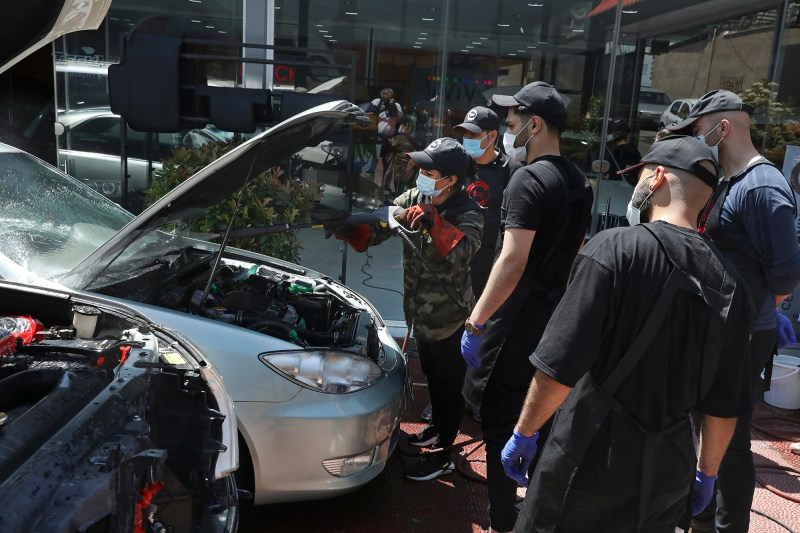 Iran S Miss Detailer Polishes Cars