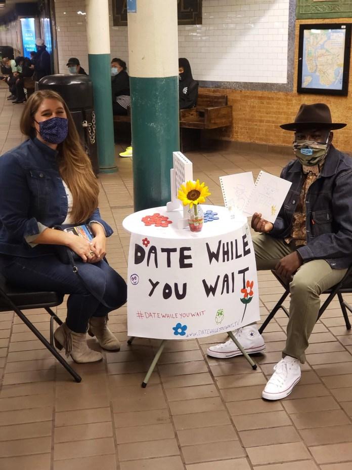 """قامت فنانة مترو الانفاق سارة نيسبيت برسم صورة نوكس أثناء التصوير """"التاريخ أثناء انتظارك ،"""" دردشة."""