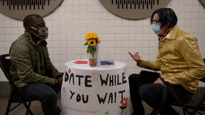 تجري نوكس محادثات هادفة حول الحياة والحب ومدينة نيويورك مع الغرباء في مترو الأنفاق.