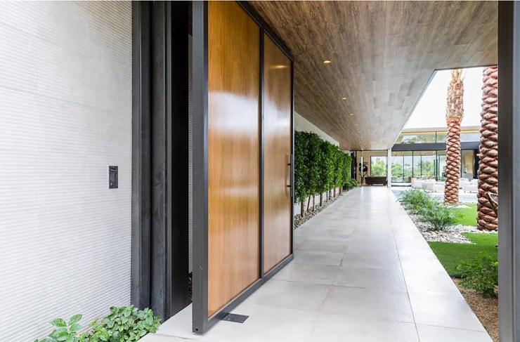 The outdoor corridor.