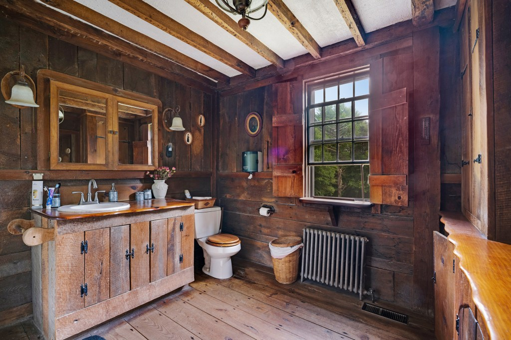 A bathroom has country appeal.