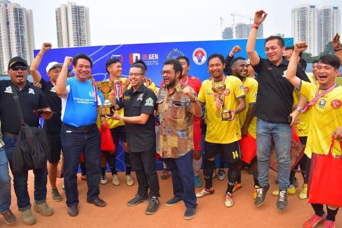 Tim Brigade Beringin berfoto bersama saat menerima piala bergulir Football for Peace 2017, Minggu 21/05/17. (NYSN Media)