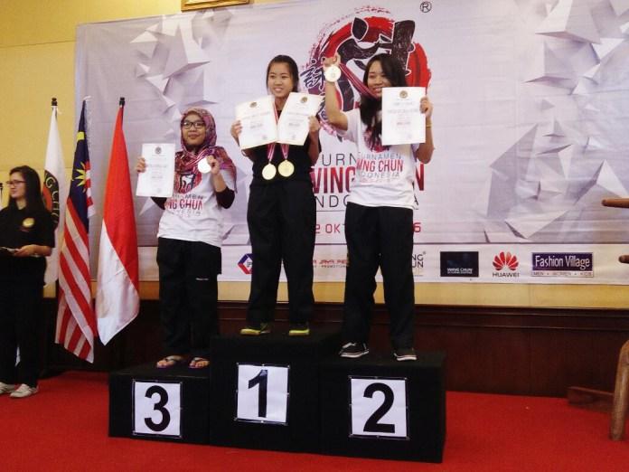 Clarissa (Tengah) saat menerima penghargaan sebagai juara 1 Wing Chun Tingkat Nasional