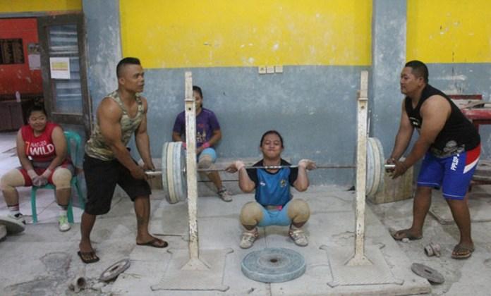 Para atlet angkat besi Jateng sedang melakukan latihan. Foto: suaramerdeka
