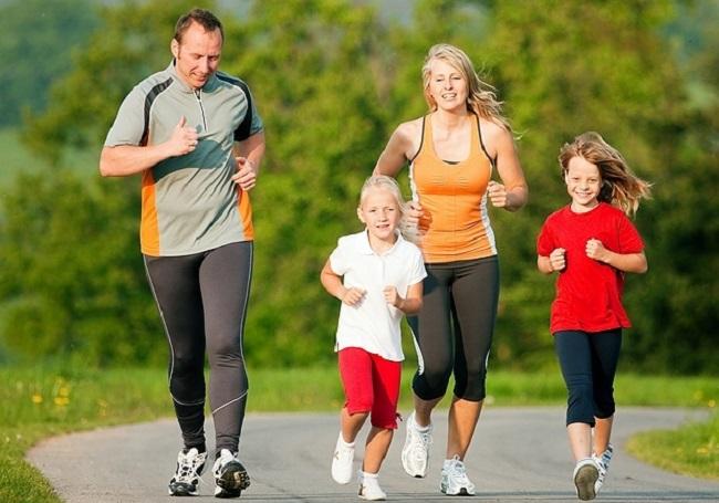 Ilustrasi: olahraga lari bersama keluarga