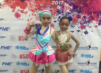 Naura (Kiri) bersama temannya Kinan (Kanan) saat mengikuti acara Indonesia Ice Skating Open (IISO) 2017.
