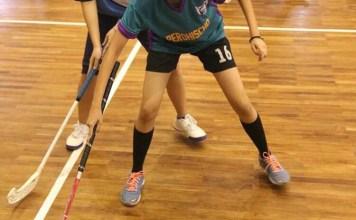 Shinta (Berbaju Hijau) remaja putri yang jatuh cinta pada olahraga floorball