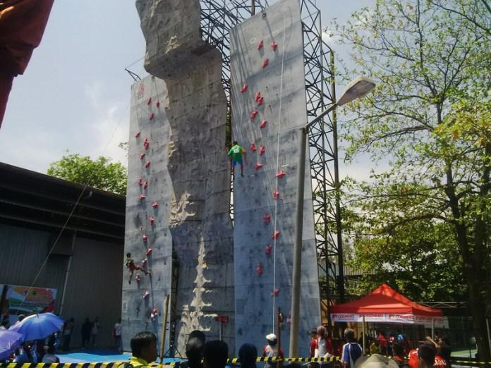 Panjat tebing yang diadakan di kompleks Stadion Manahan. (Foto: Bramantyo/Okezone)