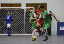 Para pemain Uninus (hijau) berhadapan dengan para pemain UNY (merah)