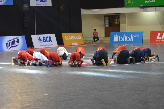 Seluruh pemain UPI melakukan ritual sujud syukur setelah berhasil mengalahkan UNJ dengan skor 1-0. Kemenangan ini, sekaligus membuat UPI berhasil pertankan gelar untuk keempat kalinya.