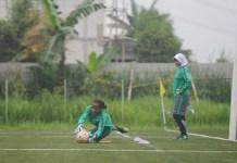 Kiper asal Papua, Norvince Boma menangkap bola dalam latihan seleksi Timnas Putri Indonesia. (Pras/NYSN)