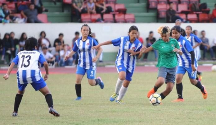 Penyerang Timnas Putri U-16 Carla Bio Pattinasarany (hijau) mendapat kepungan dari pemain Ngapak FC saat laga uji coba pada Jumat (30/3) di Cijantung. (Pras/NYSN)