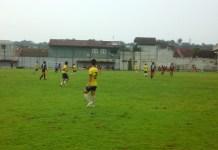 Pertandingan Villa 2000 (Hitam) vs Bogor FC (Kuning). (Dre-NYSN)
