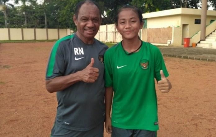 Safira Ika Putri Kartini (kanan) pemain 15 tahun asal Bangka Belitung yang tengah seleksi bersama Timnas Putri Senior. (net)